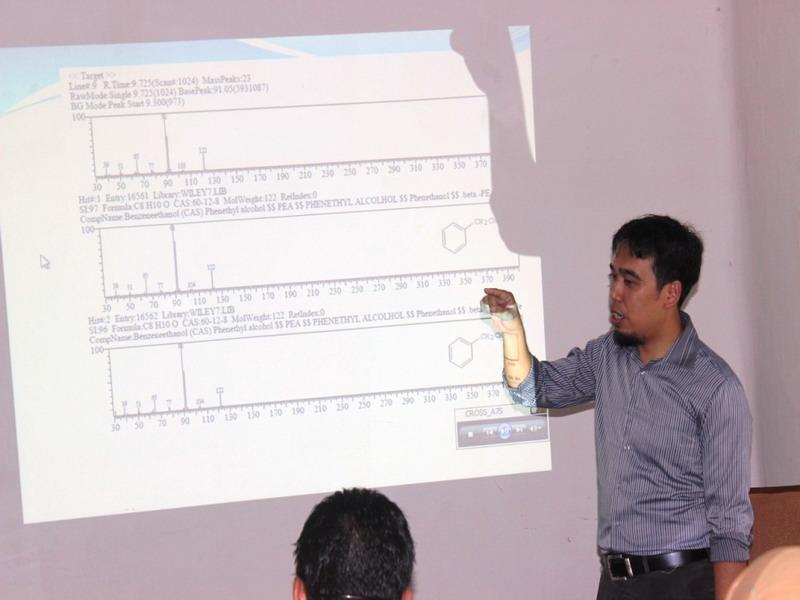 Bapak Tatang Shabur Julianto, M.Si., memberikan pemaparan tentang Analisa kualitas, kandungan dan manfaat minyak atsiri